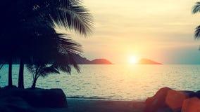 Härlig solnedgång på den tropiska naturen för havskust Arkivfoto