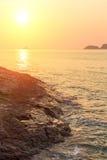Härlig solnedgång på en stenig strand Natur Arkivfoto