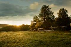 Härlig soluppgång på lantgården Arkivbilder