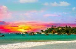 Härlig soluppgång, tropisk strand, turkoshavvatten Arkivfoto