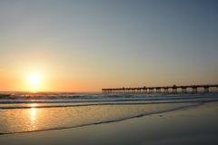 Härlig soluppgång över havet och pir Royaltyfria Bilder