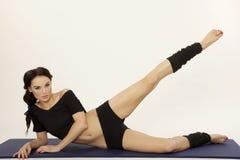 Härlig sportig kvinna i slank kropp för svart klänning Fotografering för Bildbyråer