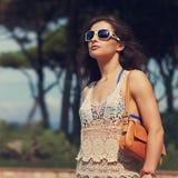 Härlig stads- kvinna i strandklänning och solglasögon Closeuptappning Royaltyfria Bilder