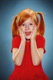 Härlig stående av en förvånad liten flicka Arkivfoto