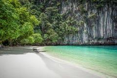 Härlig strand på en thai ö i den Phang Nga fjärden, Thailand Arkivfoton