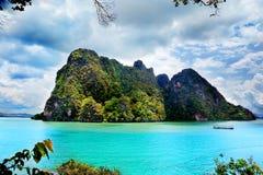 Härlig strandliggande i Thailand Phang Nga fjärd, Andaman hav, Phuket Fotografering för Bildbyråer
