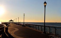 Härlig strandpromenadsikt på soluppgång Arkivbilder