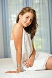 Härlig teen flicka hemma i den vita klänningen Royaltyfri Foto