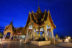 Härlig tempelarkitektur på skymning i Bangkok Royaltyfri Bild