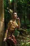 Härlig thailändsk dam i thailändsk traditionell dramaklänning Arkivbilder