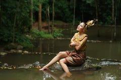 Härlig thailändsk dam i thailändsk traditionell dramaklänning Royaltyfri Fotografi