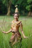 Härlig thailändsk dam i thailändsk traditionell dramaklänning Royaltyfri Bild