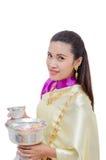 Härlig thailändsk kvinna i traditionell klänning Arkivfoto