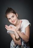 Härlig tonårig flicka med brunt rakt hår som poserar på bakgrund Royaltyfria Bilder