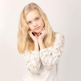 Härlig tonårs- blond flicka med långt hår Arkivfoton