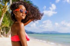 Härlig tonårs- svart flicka med långt lockigt hår i solglasögon Arkivfoton
