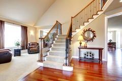 Härlig trappuppgång med trä- och järnräcke Arkivbilder