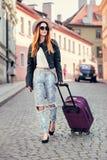 Härlig turist- kvinnaresande i Europa och gå med resväskan på stadsgatan Begreppsfoto av folkloppet Royaltyfri Bild