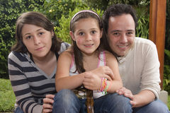 härlig tyckande om familj tillsammans Arkivfoto