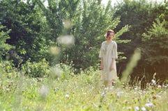 Härlig ukrainsk flicka på trädgården Royaltyfri Bild