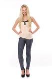 Härlig ung blond kvinna för full längd Royaltyfria Bilder
