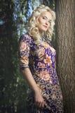 Härlig ung blond kvinna som går i parkera Fotografering för Bildbyråer