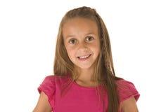 Härlig ung brunettflicka i bästa le för rosa färger Arkivbild