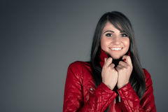 Härlig ung brunettkvinna som bär det röda läderomslaget Arkivfoton