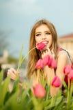Härlig ung flicka med tulpan Arkivfoto