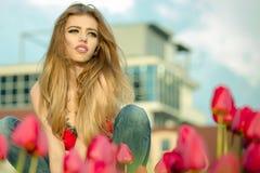 Härlig ung flicka med tulpan Arkivbild