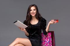 Härlig ung flicka som betalar vid kreditkorten för Royaltyfri Bild