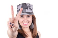Härlig ung flicka som bär ett militärt lock Royaltyfria Foton