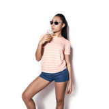 Härlig ung flicka som poserar i studion på en vit bakgrund dricka fruktsaftorange Royaltyfri Bild