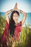 Härlig indisk kvinnabellydancer. Arabisk brud. Royaltyfri Fotografi