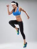 Härlig ung jogga kvinna. Isolerat över vit bakgrund (c Arkivbilder