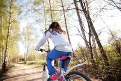 Härlig ung kvinna med bergcykeln Fotografering för Bildbyråer