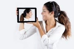 Härlig ung kvinna med den digitala minnestavlan Fotografering för Bildbyråer