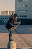 Härlig ung kvinna med hennes saxofon Arkivfoton