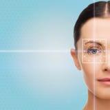 Härlig ung kvinna med ljusa linjer för laser Royaltyfria Foton