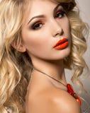 Härlig ung kvinna med långt blont hår och ljus aftonmakeup Royaltyfri Fotografi