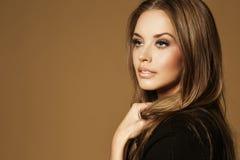 Härlig ung kvinna med långt brunt hår Arkivfoton