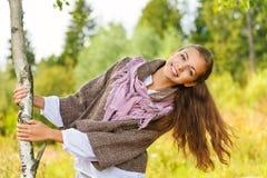 Härlig ung kvinna nära björk Arkivfoton