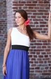 Härlig ung kvinna nära en vägg Royaltyfri Bild