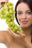 Härlig ung kvinna och nya druvor Arkivfoton
