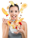 Härlig ung kvinna som äter sädesslag och frukt Royaltyfri Foto