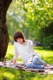 Härlig ung kvinna utomhus Arkivbild