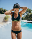 Härlig ung kvinnlig i swimwear vid poolsiden Arkivfoton