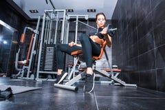 Härlig utbildning för ung kvinna i idrottshallen Arkivfoton