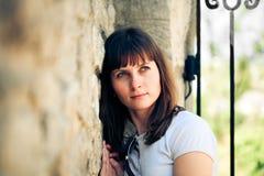 härlig utomhus- ståendekvinna Royaltyfri Fotografi