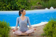 Härlig vuxen kvinna som gör yoga Fotografering för Bildbyråer